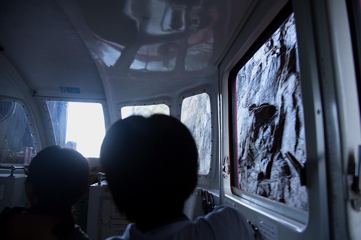 「洞窟くぐり」は岩肌スレスレを通る
